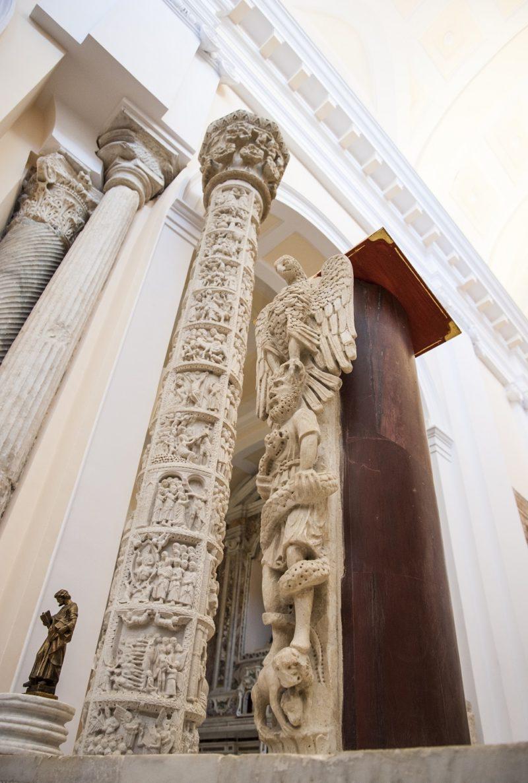 Cero pasquale e ambone con marmi esplora la cattedrale