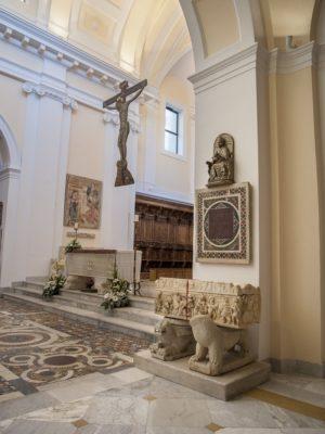 Transetto Altare Sarcofago romano esplora la cattedrale